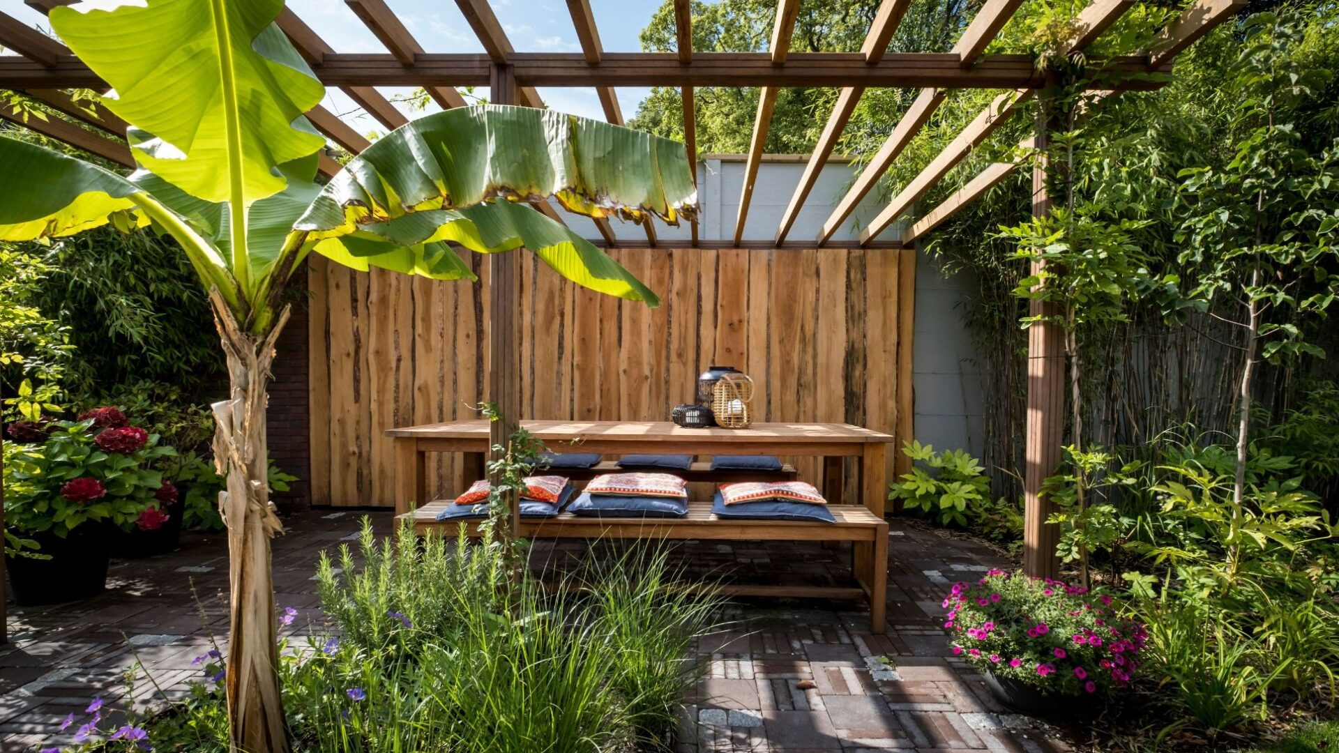 Tuinontwerp en tuinaanleg originele achtertuin met pergola