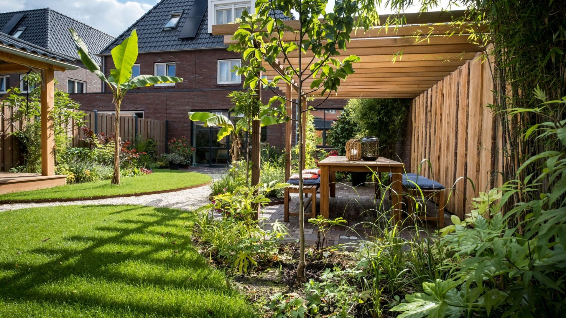 Tuinontwerp en tuinaanleg originele achtertuin met zithoek