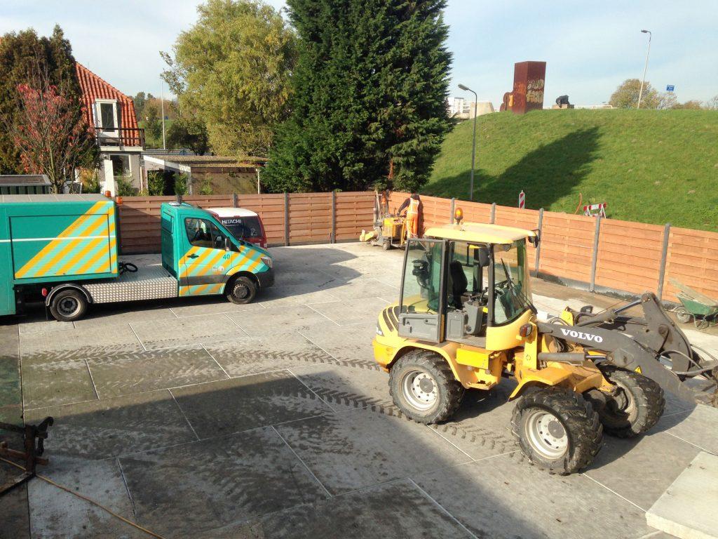 Plaatsen betonplaten bedrijfsterrein